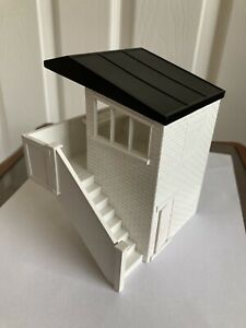 Scalextric 1960's ASSEMBLED TRACKSIDE MARSHAL HUT. ROOF PAINTED BLACK K704 1.32