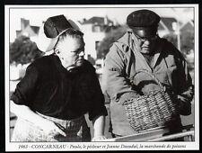 2014  --  CONCARNEAU  PECHEUR ET MARCHANDE DE POISSONS EN 1963   3M226
