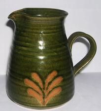 Buxton Mill Studio Ceramica Smaltata Brocca in gres verde-impressionato marchio sulla base.