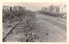 Zerstörte Züge vor Bahnhof Jablonka Polen