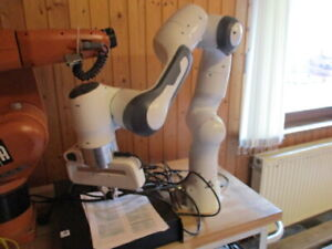 Cobot kollaborativer Roboter Franka Emika mit Greifer