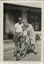 PHOTO ANCIENNE - VINTAGE SNAPSHOT - VÉLO BICYCLETTE FEMME LUNETTES MODE - BIKE