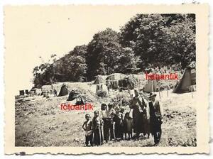 Foto Zigeuner Zigeunerlager Sinti Unterkunft Strohhütte Kinder Barfuß mit Soldat