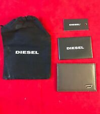 Nuevo Y En Caja Diesel Mens johnas I cuero marrón oscuro con logotipo de metal titular de Tarjeta & Bolsa De Polvo