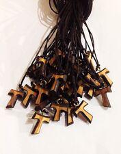 Tau in legno di ulivo con bordo e cordoncino marrone. San Francesco d'Assisi