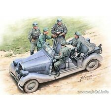 WHERE ARE THE DAMNED ROADS 5 FIGURES + CAR 1/35 MASTER BOX 35112