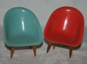 2 alte Kunststoff Sessel - für die Puppenstube