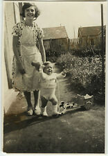 PHOTO ANCIENNE - VINTAGE SNAPSHOT - ENFANT JOUET BOIS MODE - CHILD TOY FASHION
