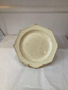 Chantilly. Assiette octogonale en faiencefine à décor de perles. 1820.