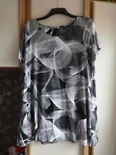 #Y25 - Black & White Long Line Abstract Print Top From M&S - Size 22 - BNWOT