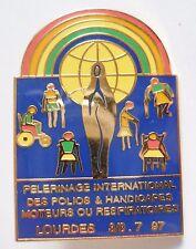 PINS Insigne Religieux PELERINAGE INTERNATIONAL POLIOS HANDICAPES LOURDES 1997