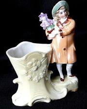 Biscuit de porcelaine vernissée petit vase  jeune fille au bouquet
