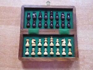 Schicke Holzklappkassette mit magnetischen Holzfiguren