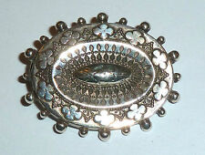 A VICTORIAN UNMARKED SILVER BROOCH WITH A FLOWER & BOBBLE DESIGN