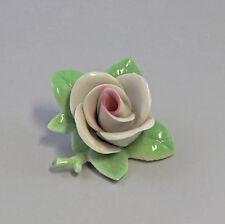 9944162 Porzellan Figur handmodell. Rose weiß-rosa Kämmer 4x7cm