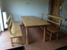 Table campagnarde avec ses 2 bancs, couleur miel, chêne massif, rustique.