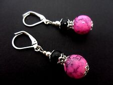 A PAIR BLACK AND PINK MARBLED GLASS PEARL LEVERBACK HOOK EARRINGS.