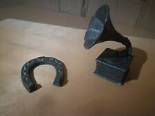 2 lead metal miniatures (figures): Horse shoe and gramophone.