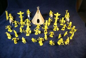 35 MARX FORT APACHE YELLOW INDIANS, TEEPEE , 2 TOTEM POLES , AND