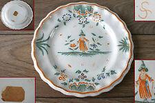 ancienne assiette décor au chinois Moustiers faïence polychrome signée