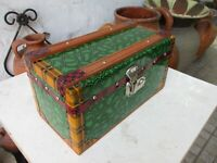 VINTAGE BEAUTIFUL TRUNK CHEST HINGED BOX IN WOOD ALL COVER TIN LINED