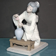 Lladro Geisha #4840 Ikebana - Geisha Arranging Flowers - Vincente Martinez