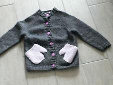 287 - Gilet 3 ans tricoté main gris foncé avec poche imitation main mauve