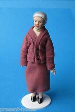 Frau Oma Großmutter im altrosé Kostüm Puppe für die Puppenstube Miniatur 1:12