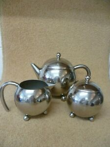 A RETRO LOOK POLISHED STAINLESS STEEL BALL SHAPED TEA SET WITH INFUSER BASKET