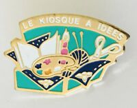 Le Kiosque A Idees Painting Craft Art Advertising Pin Badge Vintage (C20)