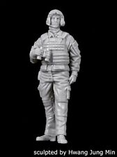 Black Dog 1/35 Modern French AFV / Tank Crew Soldier No.2 with Binoculars F35177