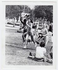 YOUNG WOMEN FLASHING NUDE IN PUBLIC NACKTE BLITZERINNEN * Vintage 60s US Photo