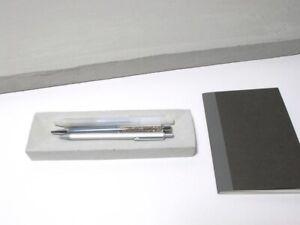 Bolígrafos de hormigón, lápices, soporte de papelería en color gris original.