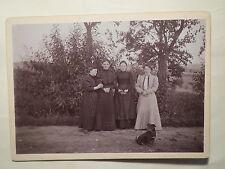 4 Frauen im Kleid auf einem Feldweg ? - mit Hund / großes Foto