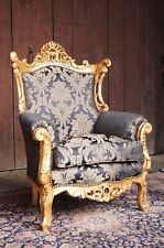 Grand fauteuil doré à la feuille d'or rembourrage luxueux d'un château
