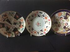 THREE ANTIQUE EARLY ENGLISH PORCELAIN SAUCERS.