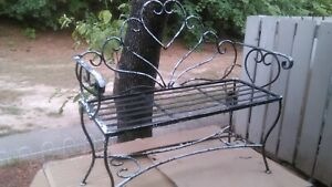 VINTAGE HEART BACK WROUGHT IRON GARDEN BENCH CURVED LEGS NICE BLACK/WHITE PETINA