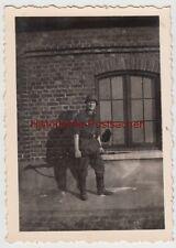 (F14417) Orig. Foto deutscher Soldat mit Gewehr u. Stahlhelm vor Gebäude 1940er