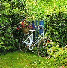 Cartolina quadrate: bici con cesto di fiori al giardino recinzione-Bicycle in Garden
