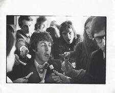 VINTAGE IMAGE OF PAUL MCCARTNEY WITH REPORTERS WITH A SILLY LOOK ON HIS FACE.