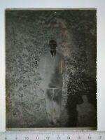 EE087 Plaque verre négatif 1920 TBE 12x9 cm jeune homme en pied, en extérieur