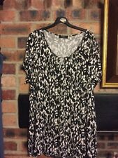 MODA SIZE 22 TOP IN BLACK/WHITE PTTN WITH LITTLE METAL AT FRONT NECK