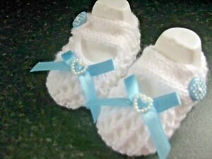 CUTE PAIR HAND KNITTED BABY SHOES in WHITE with BLUE BOW SIZE 0-3 MONTHS(2)