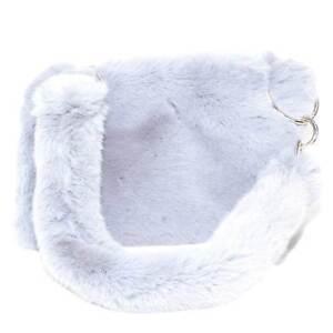 Pochette rettangolare monocromatica in peluche grigio e manico in pelliccia