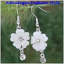 Schöne Blumen- Hängeohrringe, Silber plattiert, mit kleinem Kristallstein, weiß
