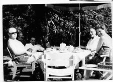 altes s/w Foto TEE KAFFEE KUCHEN GARTEN Kaffeetisch SONNENSCHIRM Vintage Mode