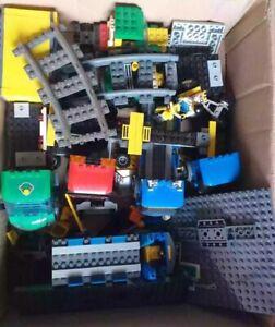 Lego Konvolut Eisenbahn Figuren Achsen Kupplung Bauanleitung LKW Bahnsteig