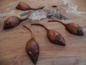 BEAUTIFULLY TACTILE FAIR TRADE HAND CARVED WOODEN MOUSE 10 cm LONG WITH TAIL-FAB