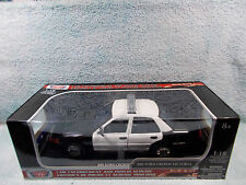 1/18 SCALE DIECAST 2001 FORD CROWN VICTORIA IN BLACKWHITE BY MOTOR MAX.