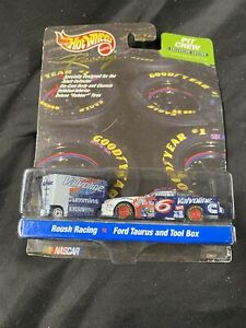 NEW Hot Wheels Racing LIMITED EDITION SERIES NASCAR Pit Crew #6 Valvoline 22594